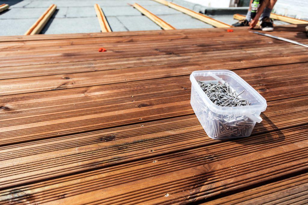 Terrassendielen Sanierung Holzterrasse (Handwerker mit Nägeln)